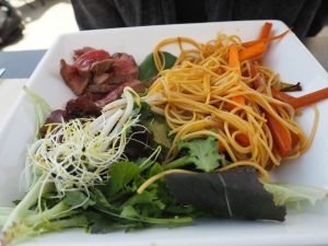 Tataki de boeuf, nouilles sautées, petits légumes